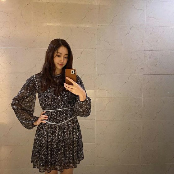 """173cm49kg"" actress Kim Sa Rang wears a see-through dress and explores her beauty!"